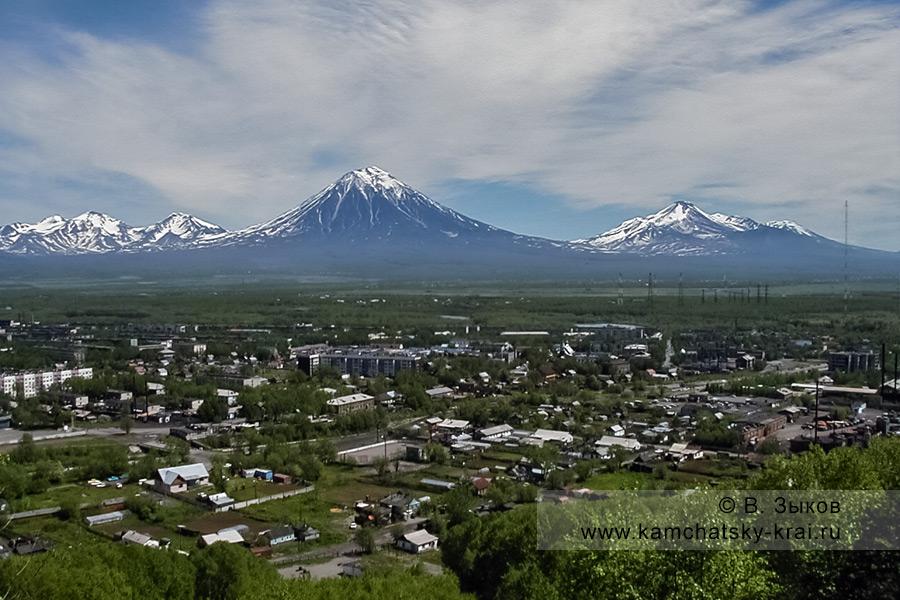 Город Елизово на фоне вулканов Корякский, Авачинский и Козельский