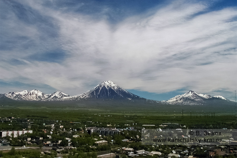 Город Елизово на фоне домашних вулканов