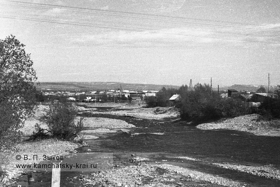 Вид на город Елизово от моста через реку Половинку