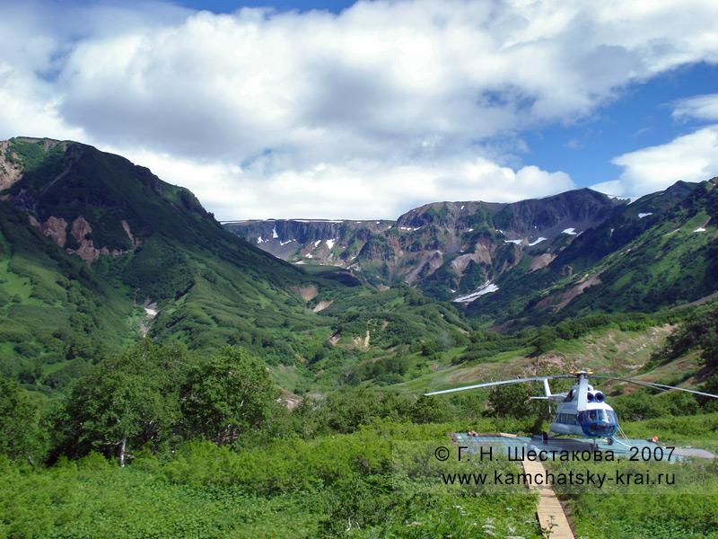 Долина гейзеров, вертолет на вертолетной площадке