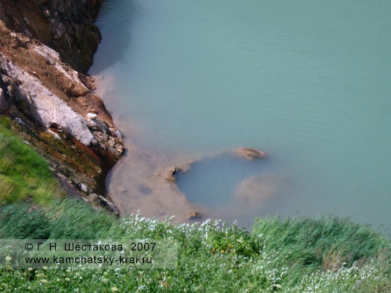 Гейзер Большой под водой запрудного озера. Долина гейзеров