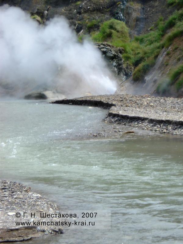 Извержение гейзера в Долине гейзеров