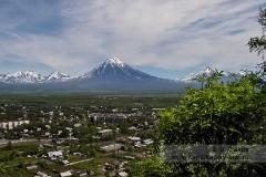 Город Елизово на фоне Корякского вулкана