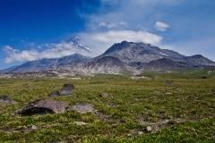 Вулкан Камень (Kamen Volcano) и вулкан Безымянный (Bezymianny Volcano)